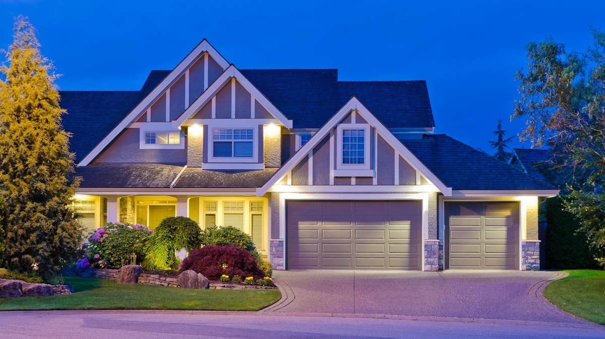 10-shutterstock_108256778 - Luxury house at night in Vancouver, Canada