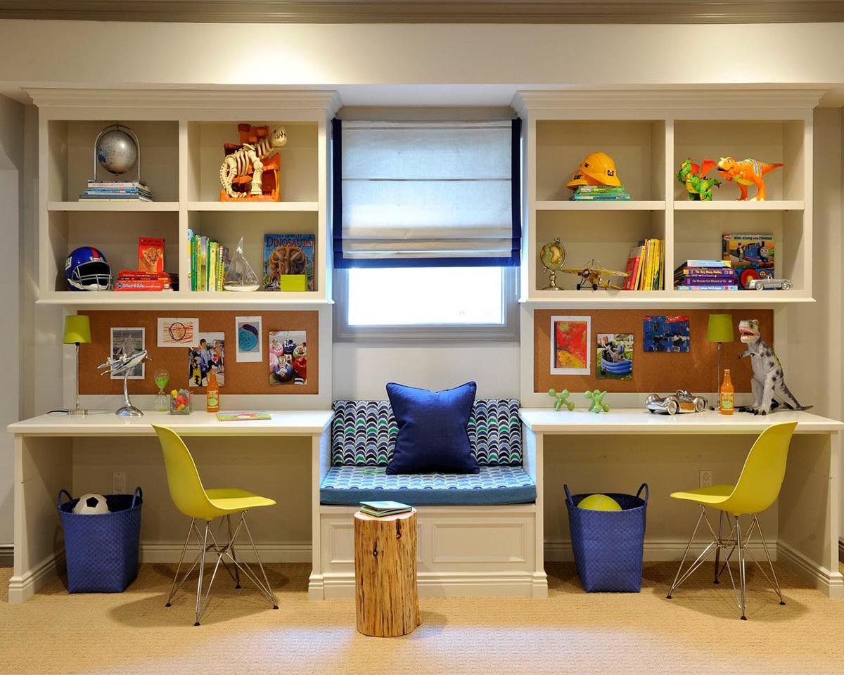 Письменный стол для двоих детей - в маленькой комнате много .
