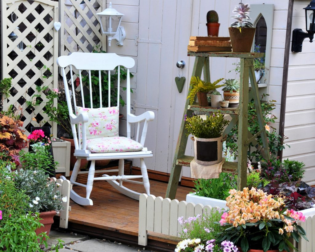 8 Ways to Decorate with Vintage Ladders
