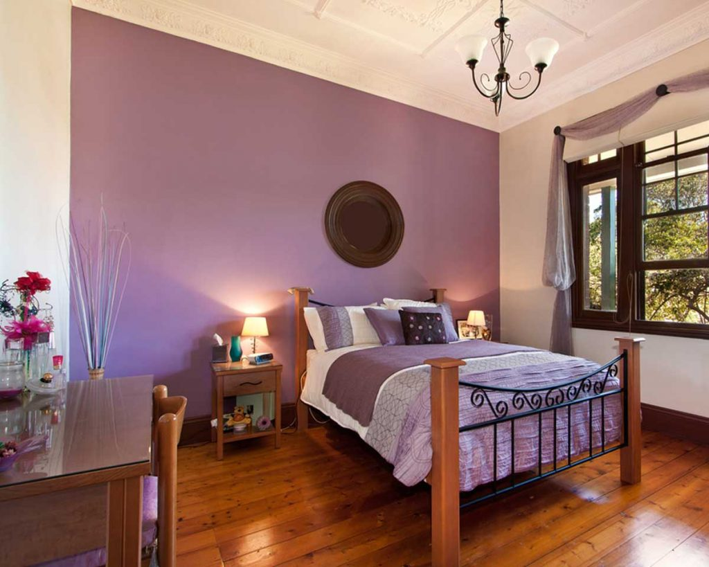 7 Ideas to Decorate with Lilac - paint an accent wall